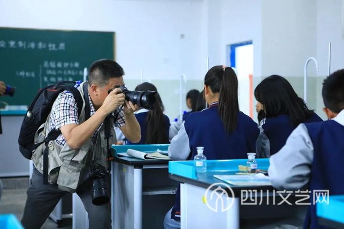 摄影家们在越西县文昌中学.webp.jpg