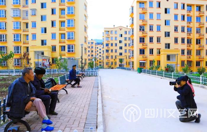 摄影家们在喜德县彝欣社区.webp.jpg