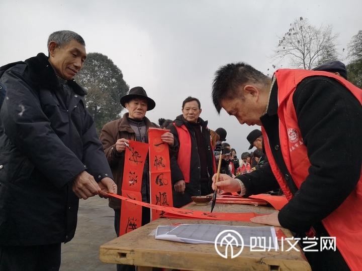 志愿者为当地村民写春联_副本.jpg