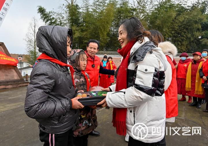 志愿者向学生捐赠物资_副本.jpg